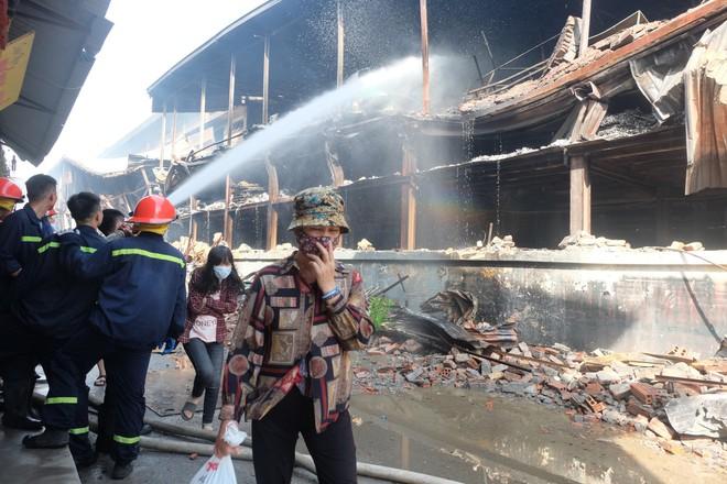 Hàng quán tê liệt, tiểu thương trắng đêm canh giữ hàng hóa sau vụ cháy nhà máy Rạng Đông - Ảnh 1.