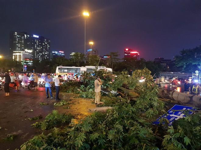 Mưa giông dữ dội từ cuối chiều ở Hà Nội, 1 nam thanh niên bị cây si đổ trúng tử vong - Ảnh 10.
