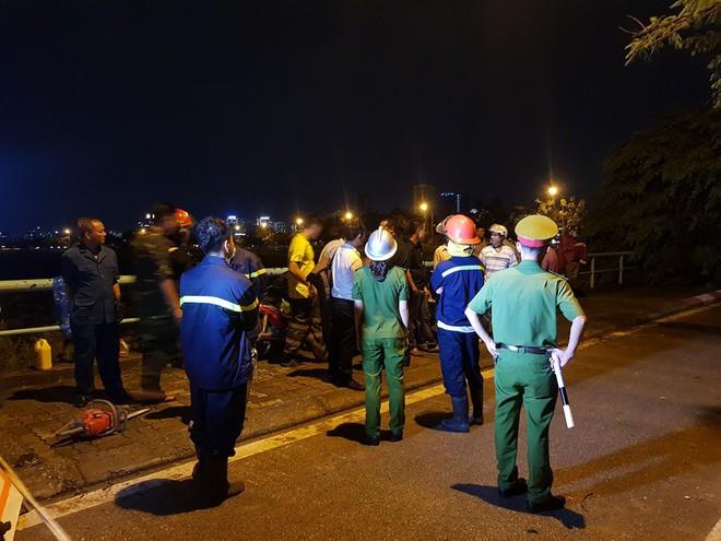 Mưa giông dữ dội từ cuối chiều ở Hà Nội, 1 nam thanh niên bị cây si đổ trúng tử vong - Ảnh 2.