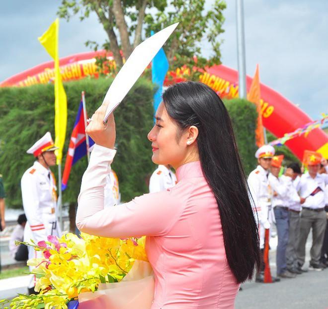 Bóng hồng tặng hoa đoàn quân đội Campuchia cửa khẩu quốc tế Tịnh Biên - Ảnh 2.