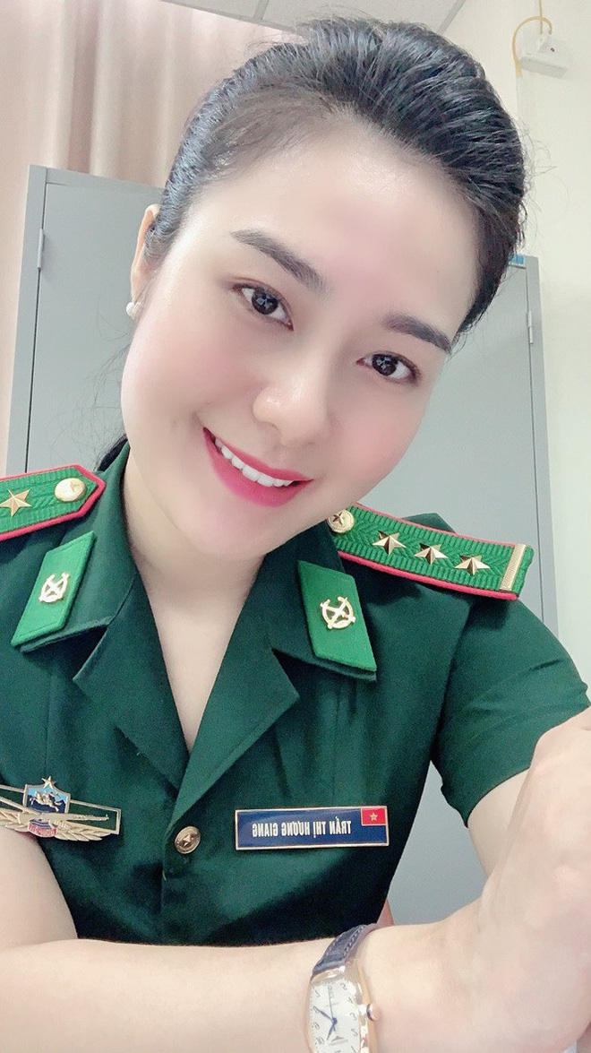 Bóng hồng tặng hoa đoàn quân đội Campuchia cửa khẩu quốc tế Tịnh Biên - Ảnh 3.
