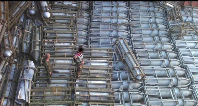 NÓNG: Tàu quân sự Nga chở đầy bom khẩn cấp vượt biển tới Syria - Ảnh 1.