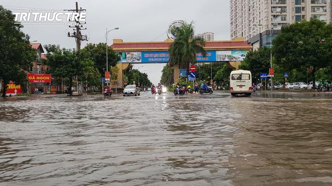Hà Nội: Nhiều nơi ngập sâu, người dân chật vật vượt biển nước - Ảnh 5.