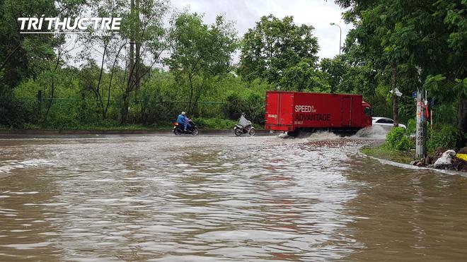 Hà Nội: Nhiều nơi ngập sâu, người dân chật vật vượt biển nước - Ảnh 6.