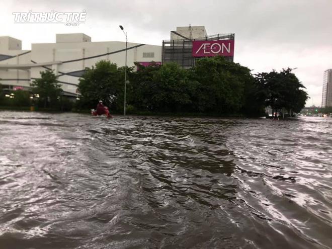 Hà Nội: Nhiều nơi ngập sâu, người dân chật vật vượt biển nước - Ảnh 1.