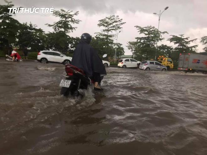Hà Nội: Nhiều nơi ngập sâu, người dân chật vật vượt biển nước - Ảnh 2.