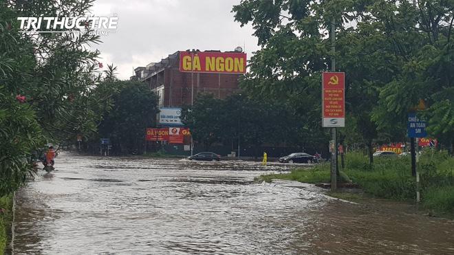 Hà Nội: Nhiều nơi ngập sâu, người dân chật vật vượt biển nước - Ảnh 7.