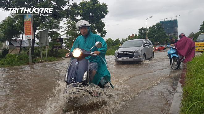 Hà Nội: Nhiều nơi ngập sâu, người dân chật vật vượt biển nước - Ảnh 8.