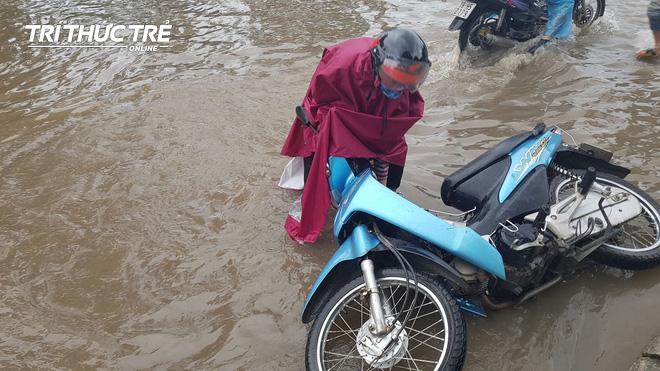 Hà Nội: Nhiều nơi ngập sâu, người dân chật vật vượt biển nước - Ảnh 9.