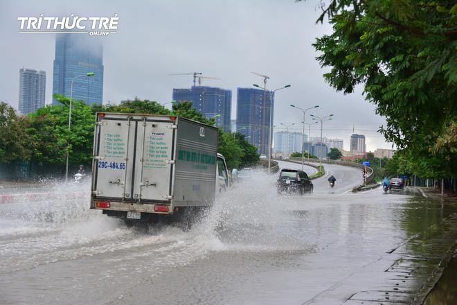 Hà Nội: Nhiều nơi ngập sâu, người dân chật vật vượt biển nước - Ảnh 11.