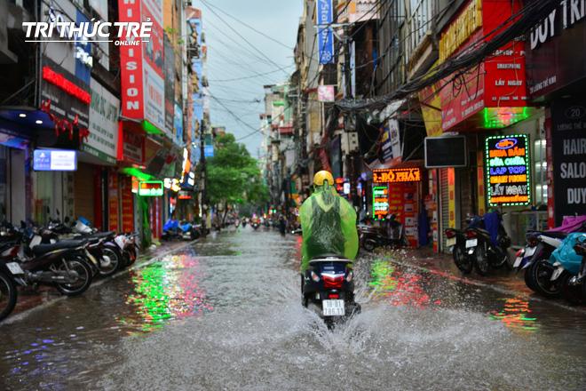 Hà Nội: Nhiều nơi ngập sâu, người dân chật vật vượt biển nước - Ảnh 13.