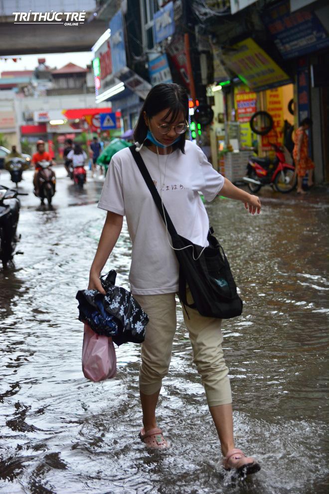 Hà Nội: Nhiều nơi ngập sâu, người dân chật vật vượt biển nước - Ảnh 14.