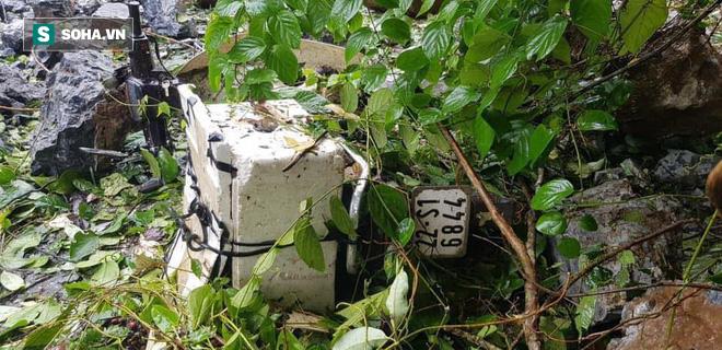 Cây đổ hàng loạt, đè trúng ô tô, hiện trường tan hoang ở Hà Nội và các tỉnh phía Bắc khi bão số 3 quét qua - Ảnh 1.