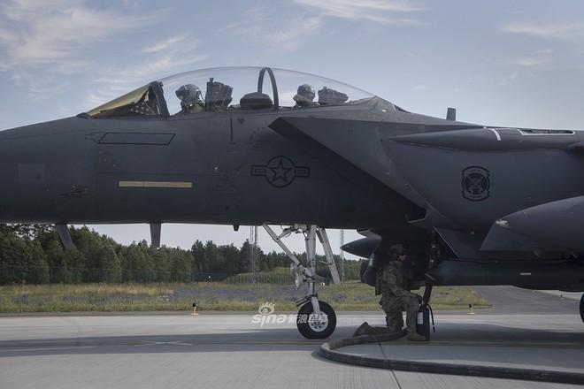 Mỹ gây áp lực cực lớn lên Nga khi triển khai F-15E cách biên giới chỉ 230 km - Ảnh 1.