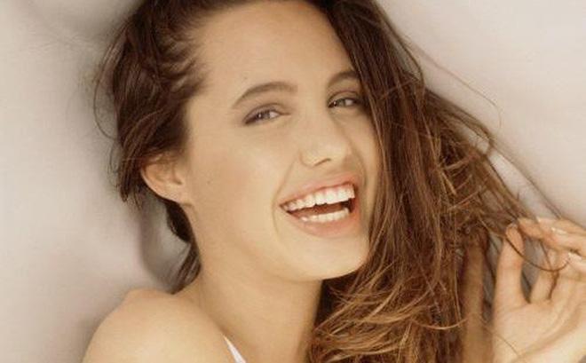 Trước khi xuất hiện với diện mạo gầy gò, Angelina Jolie từng khiến vạn người mê mẩn nhờ vẻ ngoài nóng bỏng tràn đầy sức sống đến thế này