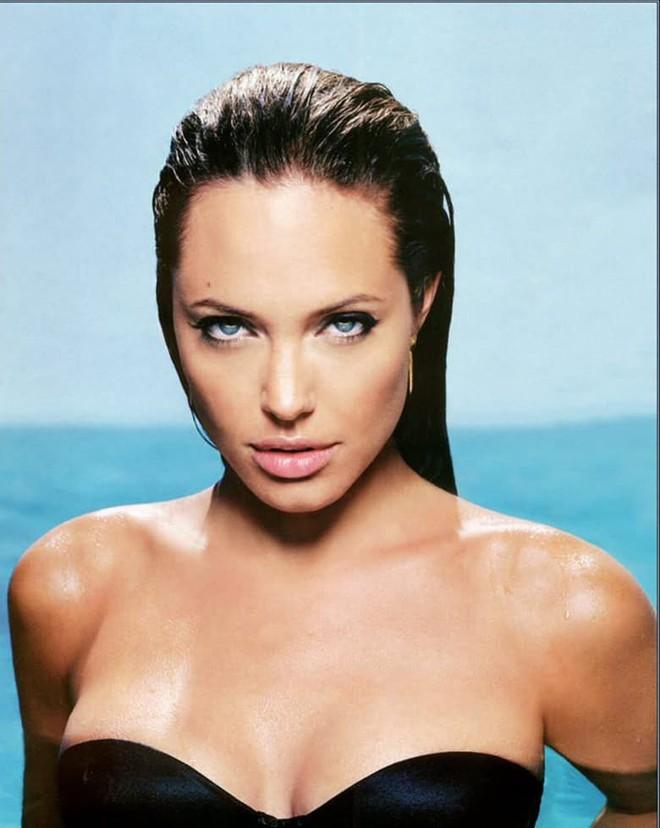 Trước khi xuất hiện với diện mạo gầy gò, Angelina Jolie từng khiến vạn người mê mẩn nhờ vẻ ngoài nóng bỏng tràn đầy sức sống đến thế này - Ảnh 15.