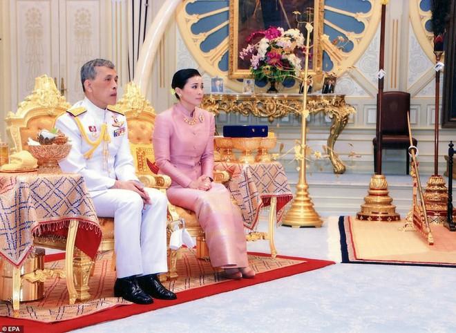 Lần đầu tiên trong lịch sử hiện đại, vua Thái Lan công bố vợ lẽ, sắc phong Hoàng quý phi, vẻ mặt Hoàng hậu ngồi bên cạnh mới đáng chú ý - Ảnh 5.
