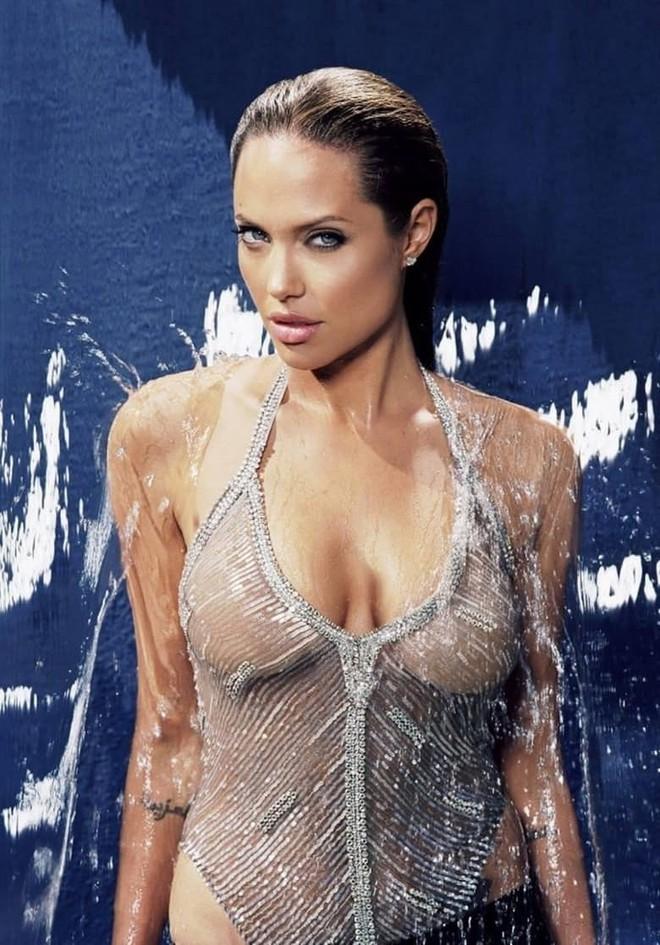 Trước khi xuất hiện với diện mạo gầy gò, Angelina Jolie từng khiến vạn người mê mẩn nhờ vẻ ngoài nóng bỏng tràn đầy sức sống đến thế này - Ảnh 6.