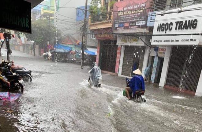 Cây đổ hàng loạt, đè trúng ô tô, hiện trường tan hoang ở Hà Nội và các tỉnh phía Bắc khi bão số 3 quét qua - Ảnh 2.