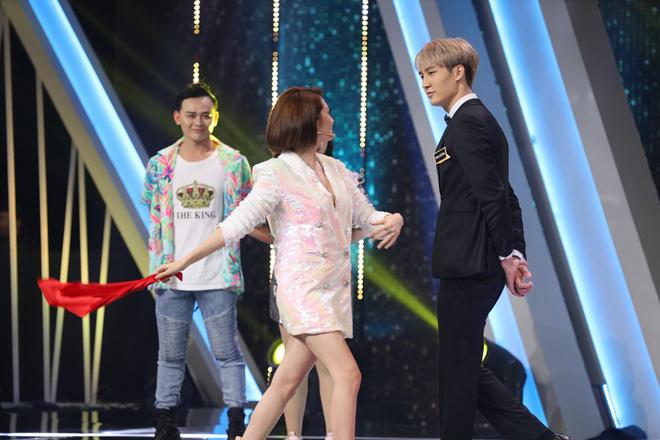 Trấn Thành bật khóc khi chuyện cầu hôn với Hari Won được nhắc lại - Ảnh 1.