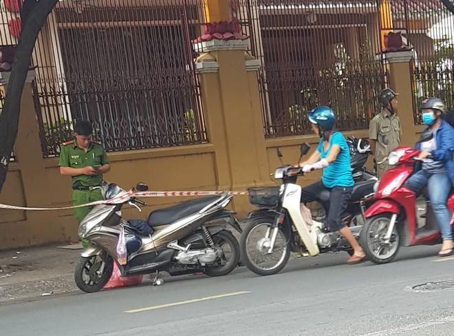 Khởi tố, bắt tạm giam 2 cha con trong vụ người đàn ông bị chém đứt lìa tay ở Sài Gòn - Ảnh 2.