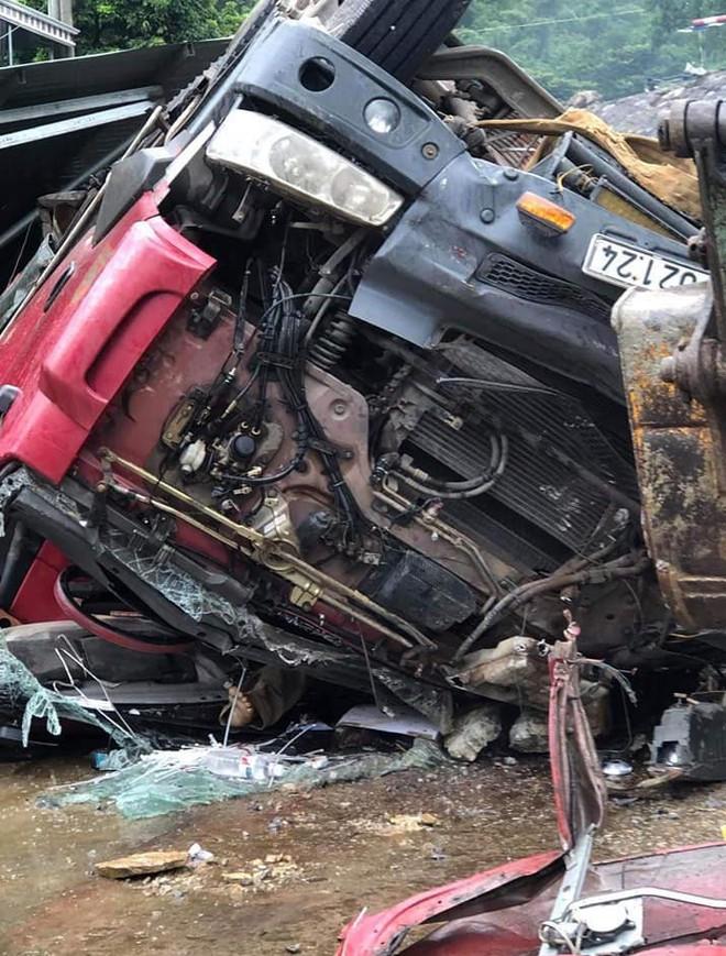 Xe tải lật ở dốc tử thần, con nguy kịch, cha tử vong trong xe - Ảnh 2.