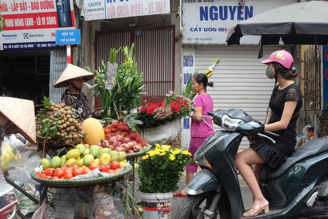 Vụ cháy kho nhà máy Rạng Đông: Thị trường thực phẩm cạnh hiện trường hoạt động ra sao? - Ảnh 4.