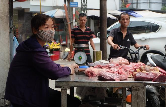Vụ cháy kho nhà máy Rạng Đông: Thị trường thực phẩm cạnh hiện trường hoạt động ra sao? - Ảnh 7.