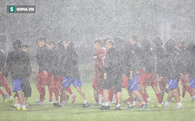 """Quang Hải """"mất tích"""", đội tuyển Việt Nam khổ sở """"luyện công"""" dưới mưa"""