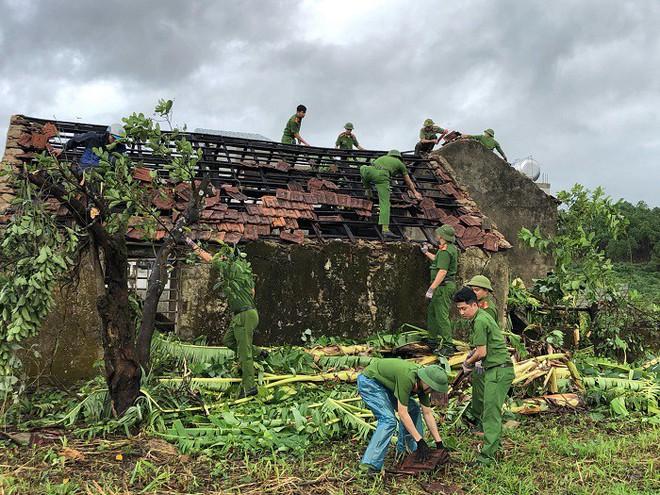 Hàng loạt cây đổ, nhà cửa tan hoang sau khi bão số 4 đổ bộ vào Nghệ An - Hà Tĩnh - Ảnh 4.