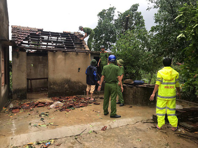 Hàng loạt cây đổ, nhà cửa tan hoang sau khi bão số 4 đổ bộ vào Nghệ An - Hà Tĩnh - Ảnh 3.
