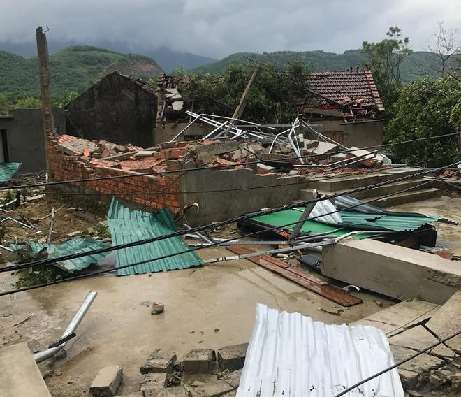 Hàng loạt cây đổ, nhà cửa tan hoang sau khi bão số 4 đổ bộ vào Nghệ An - Hà Tĩnh - Ảnh 2.