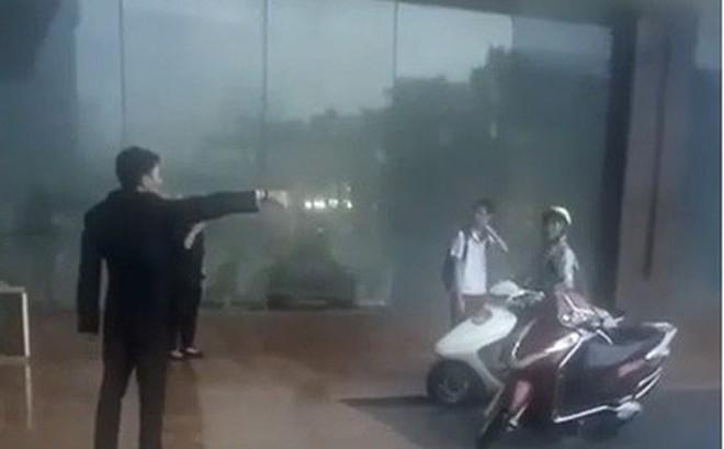 Người quay clip nhân viên khách sạn Grand Plaza đuổi người trú mưa nói gì?