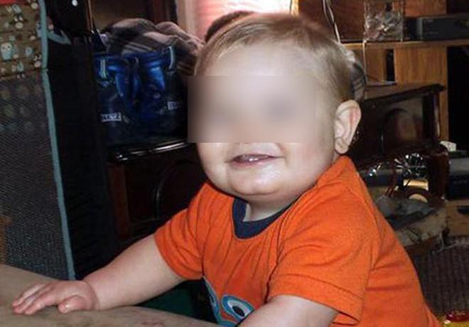Bị mẹ cùng nhân tình đánh đập và lạm dụng, cậu bé qua đời vào đúng sinh nhật 1 tuổi với 86 vết thương - Ảnh 1.