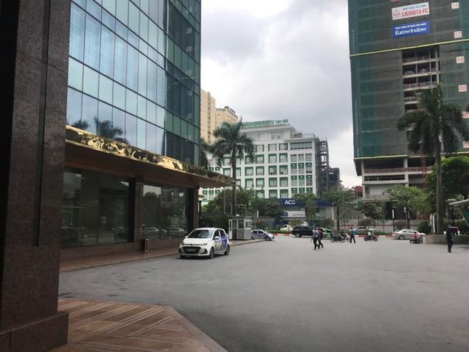 Grand Plaza kiểm tra lại từng nhân viên để làm rõ vụ đuổi người dân trú giông lốc - Ảnh 1.