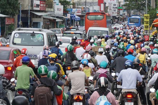 Hàng chục nghìn người về quê, bến xe Miền Đông ùn nhưng không kẹt - Ảnh 1.