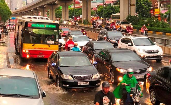 Đường Hà Nội ngập nước, ùn tắc trong chiều 30/8 - Ảnh 3.