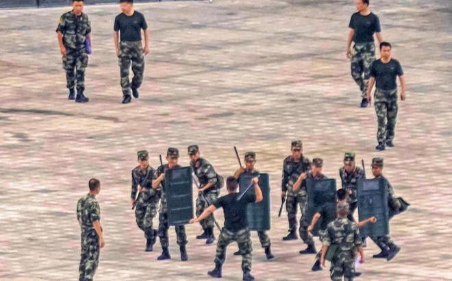 """Rạng sáng nay, cảnh sát vũ trang và công an Trung Quốc tiếp tục """"dồn quân"""" về sát Hồng Kông"""