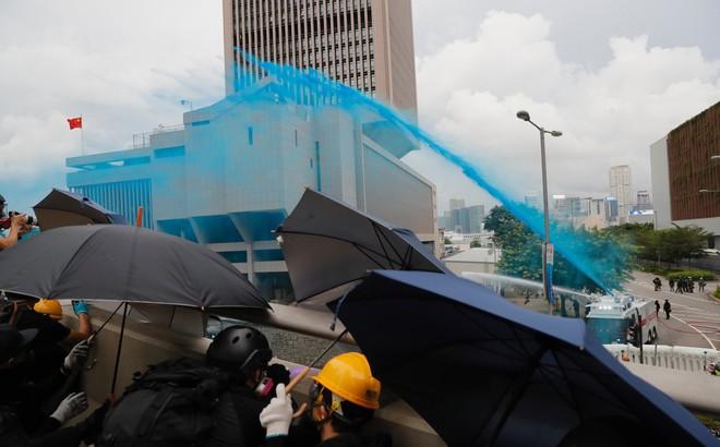 """Hong Kong nóng trở lại: Cảnh sát phun nước nhuộm xanh để """"đánh dấu"""" người biểu tình"""