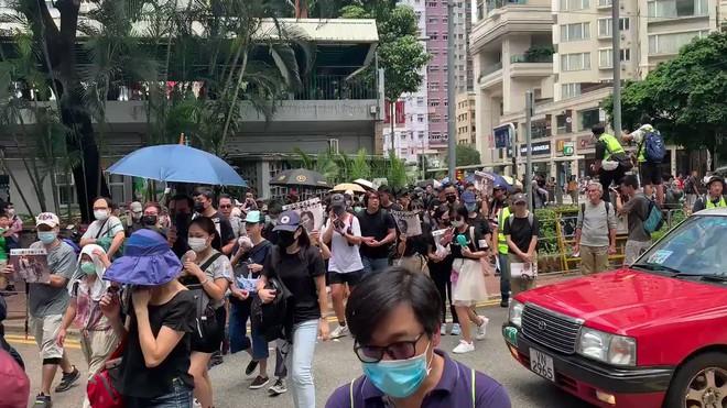 Hong Kong nóng trở lại: Cảnh sát phun nước nhuộm xanh để đánh dấu người biểu tình - Ảnh 2.