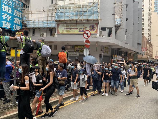 Hong Kong nóng trở lại: Cảnh sát phun nước nhuộm xanh để đánh dấu người biểu tình - Ảnh 3.