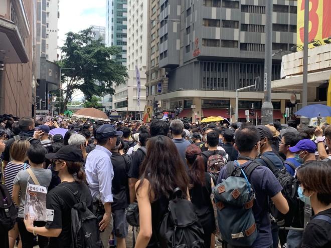 Hong Kong nóng trở lại: Cảnh sát phun nước nhuộm xanh để đánh dấu người biểu tình - Ảnh 4.