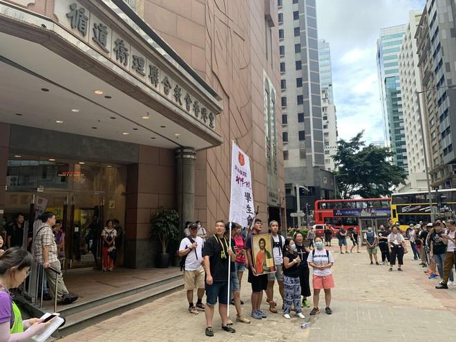 Hong Kong nóng trở lại: Cảnh sát phun nước nhuộm xanh để đánh dấu người biểu tình - Ảnh 6.