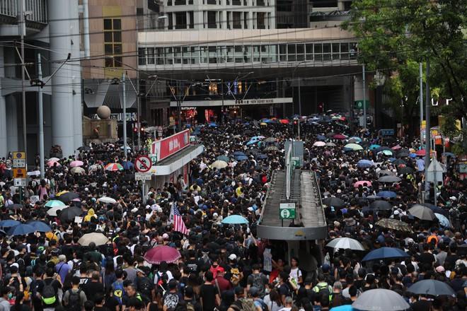 Hong Kong nóng trở lại: Cảnh sát phun nước nhuộm xanh để đánh dấu người biểu tình - Ảnh 5.