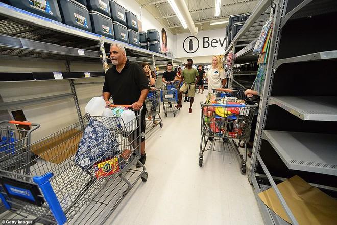 Bão quái vật Dorian sắp đổ bộ, dân Mỹ giằng chống nhà cửa, vét sạch siêu thị - Ảnh 2.