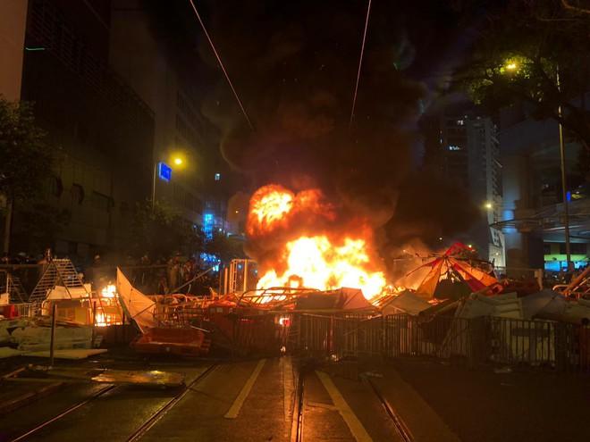 Biểu tình Hong Kong căng thẳng ngoài dự kiến: Lửa cháy dữ dội, cảnh sát quyết không nương tay - Ảnh 2.