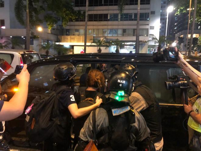 Biểu tình Hong Kong căng thẳng ngoài dự kiến: Lửa cháy dữ dội, cảnh sát quyết không nương tay - Ảnh 4.
