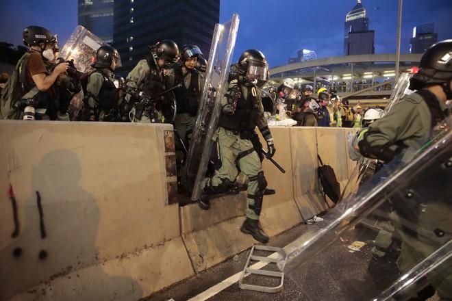Biểu tình Hong Kong căng thẳng ngoài dự kiến: Lửa cháy dữ dội, cảnh sát quyết không nương tay - Ảnh 5.