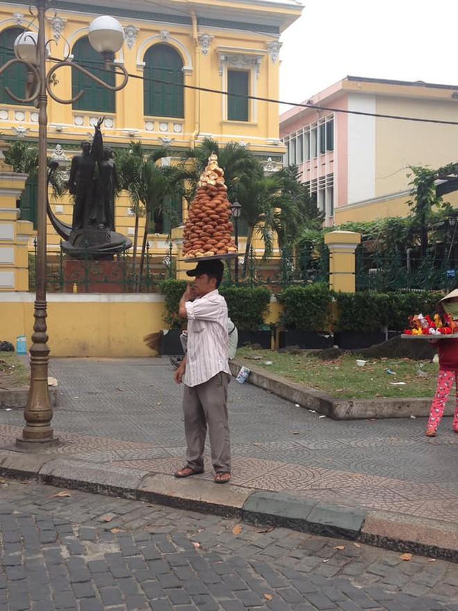 Người đàn ông đội chồng bánh lạ dạo quanh nhà thờ Đức Bà Sài Gòn và câu chuyện mưu sinh xúc động - Ảnh 2.