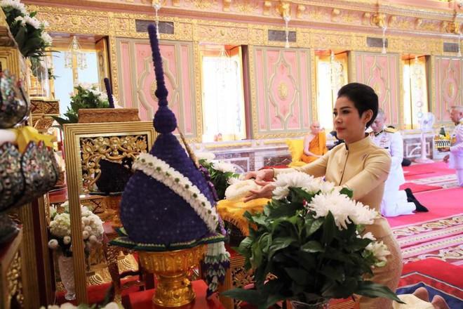 Hoàng quý phi Thái Lan thực hiện nhiệm vụ hoàng gia đầu tiên trên cương vị mới với phong thái gây ngỡ ngàng - Ảnh 1.